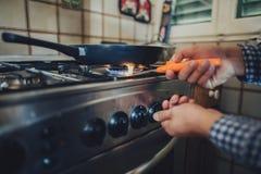 Queimador de gás com a chama no fogão de gás foto de stock royalty free