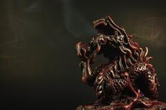 Queimador de incenso do dragão em um fundo preto Foto de Stock Royalty Free