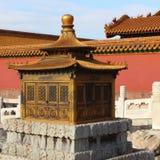 Queimador de incenso dourado no palácio imperial Foto de Stock