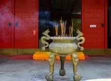 Queimador de incenso embutido do dragão no templo fotografia de stock royalty free