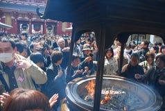 Queimador de incenso gigante de utilização budista do templo de Asakusa Foto de Stock Royalty Free