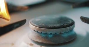 Queimador do fogão que inflama-se na chama de cozimento azul filme