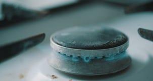 Queimador do fogão que inflama-se na chama de cozimento azul video estoque