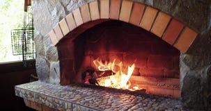 Queimadura bonita da lenha no fogão ardente de madeira filme