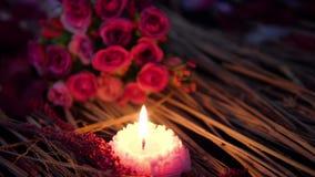 Queimadura da vela e flor do ramalhete para a metragem do dia de são valentim video estoque