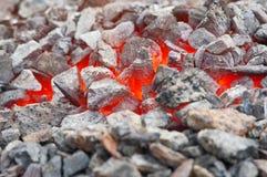 Queimadura de brilho quente de vivo-carvões imagem de stock