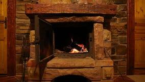Queimadura de madeira do fogo de logs na chaminé, atmosfera romântica filme