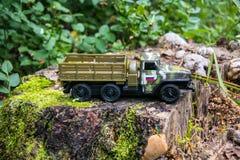 Queimadura de um caminhão militar do brinquedo do russo Imitação de ataque inesperado imagens de stock