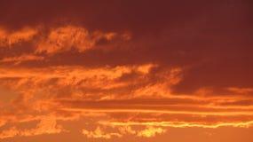 Queimaduras das nuvens no céu fotos de stock royalty free