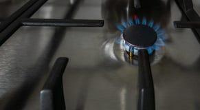 Queimaduras de gás na cozinha no fogão de gás imagem de stock