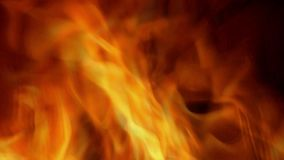 Queimaduras do fogo através das chamas do inferno através do portal o fundo impetuoso das chamas vídeos de arquivo