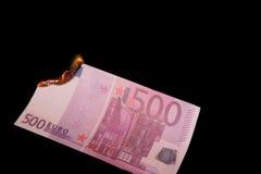 Queimando cinco cem euro fotos de stock royalty free