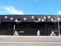 'Queime o óleo da gordura não' e 'põe uma bicicleta sobre ela' sinal na parede preta e fotos de stock royalty free