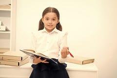 Queira aplicar o programa novo da escola A menina guarda a pena da almofada que procura volunt?rios O estudo da estudante inclui  fotos de stock royalty free