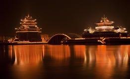 Queixo antigo de Kaifeng da reflexão da noite do templo imagens de stock royalty free
