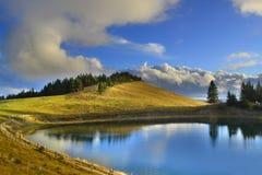 Quel voyage vers un lac de montagne image libre de droits