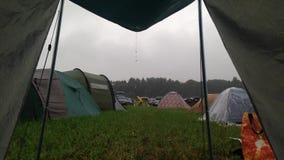 Quelle déception : surveillance de tente pendant la pluie sur un camp banque de vidéos