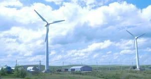 Quelle der alternativen Energie Aerogeneratorwindmühle am sonnigen Tag des blauen Himmels Windturbinen auf dem grünen Gebiet stock video
