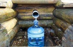Quelle der Quellwasserflasche stockbilder