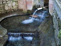 Quelle des thermischen Mineralwassers Stockbild