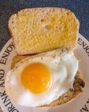 Quelle manière de célébrer un pain fraîchement cuit au four photographie stock