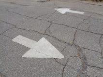 Quelle manière, flèches directionnelles du trafic, fond Images stock