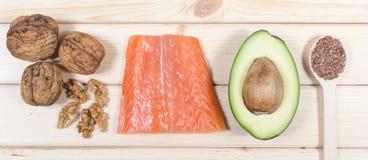 Quellen von Omega 3 Fettsäuren: Leinsamen, Avocado, Lachse und Walnüsse lizenzfreie stockfotos