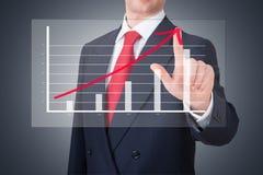 Homme d'affaires dirigeant un graphique Image stock