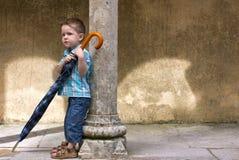 Quello piccolo con il grande ombrello Immagini Stock Libere da Diritti
