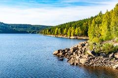 Quellwasserreservoir Josefuv Dul, alias Josefodolska-Verdammung, Jizera-Berge, Tschechische Republik Sonniger Sommertag lizenzfreie stockfotos