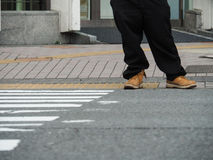 Quelqu'un attendent à travers la route Photo libre de droits