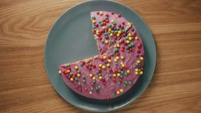 Quelqu'un coupe le gâteau en morceaux et les met à partir du plat sur la table en bois illustration stock