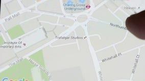Quelqu'un emploie l'application de Google Maps banque de vidéos