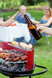 Quelqu'un ne veut pas la bière sur le barbecue Photos stock