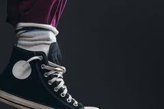 Quelqu'un portant les chaussettes au-dessus du pantalon Photo libre de droits