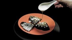 Quelqu'un sert le petit déjeuner, arrosant des gaufres de coeur de sauce blanche clips vidéos