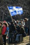 Quelqu'un tenant le drapeau de province du Québec dans la foule Image libre de droits