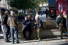 Quelques aînés s'asseyant au soleil en Séville Photographie stock libre de droits