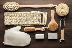 Quelques accessoires de bain sur le fond en bois brun Image stock