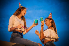 Quelques amis avec des sifflements et boissons célébrant leur anniversaire Images libres de droits