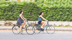 Quelques amis avec des vélos, tache floue de mouvement Image libre de droits