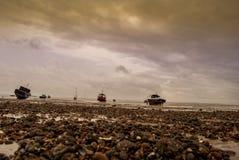 Quelques bateaux sur la plage de l'Angleterre est Image stock