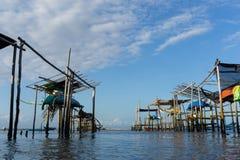 Quelques bateaux traditionnels de Balinese qui sont accroch?s sur le bambou quand l'eau de mer recule photographie stock libre de droits