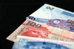Quelques billets de banque des dollars de Hong Kong sur un fond foncé Images libres de droits