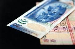 Quelques billets de banque des dollars de Hong Kong sur un fond foncé Image stock