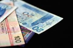 Quelques billets de banque des dollars de Hong Kong sur un fond foncé Photos libres de droits