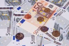 Quelques billets de banque sur cinq et cinquante euros et pièces de monnaie Images stock