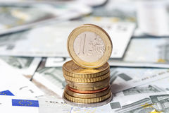 Quelques billets de banque sur cinq euros et pièces de monnaie Photographie stock libre de droits
