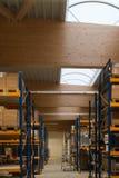 Quelques bottes en bois d'arge soutiennent le toit d'un grand bâtiment d'usine image libre de droits