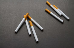 Quelques cigarettes sur le fond foncé photos libres de droits